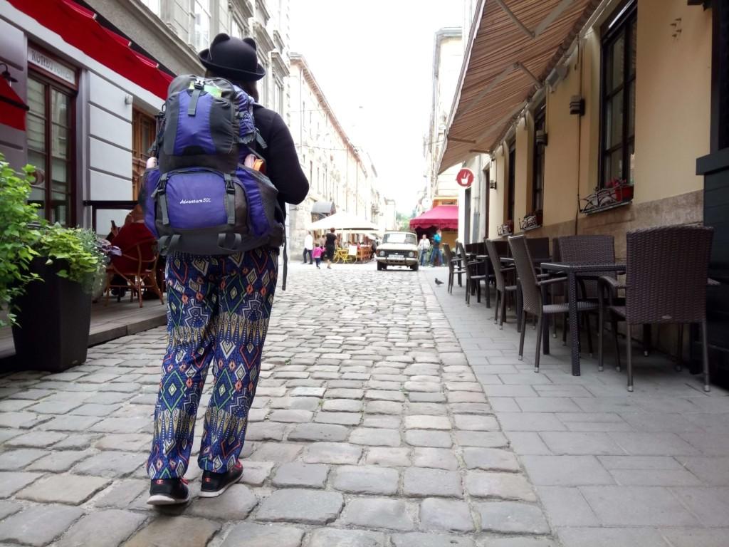 путешественник с рюкзаком во Львове