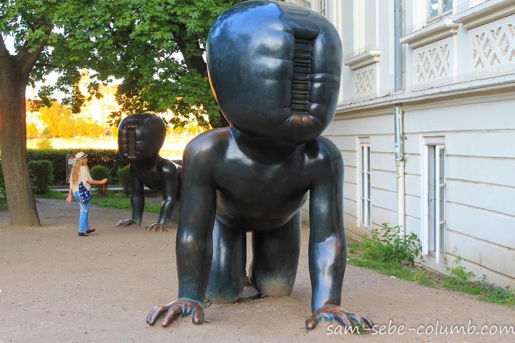 интересные скульптуры в Праге